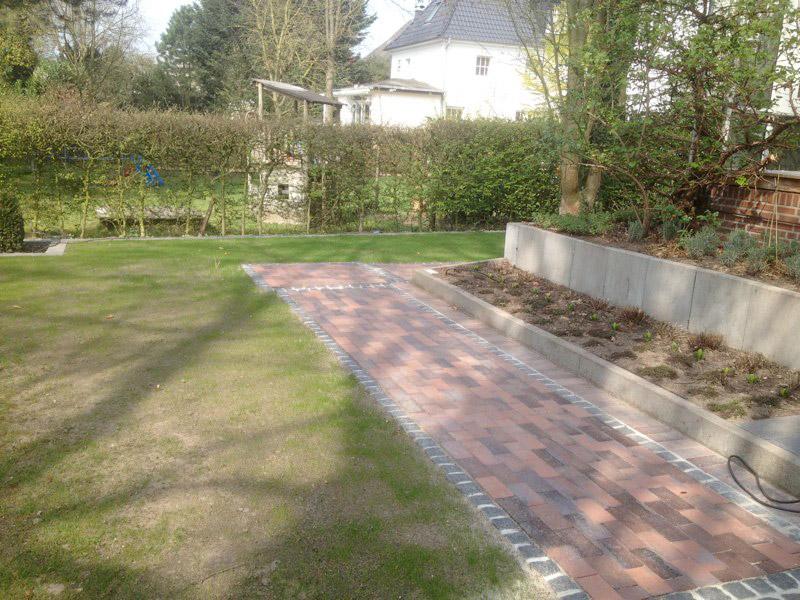 Gepflasterter Gartenweg
