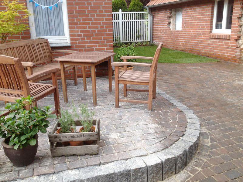 Gepflasterte Terrasse mit Sitzecke